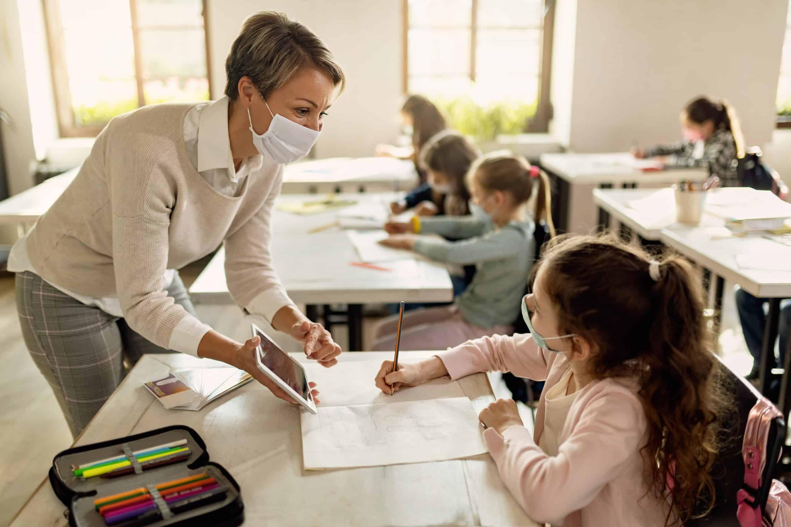Lehrerin nutzt iPad im Unterricht